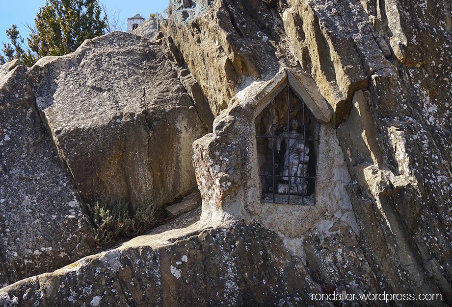 Capelleta en una roca vora el santuari de Bellmunt, Vall de Ges,