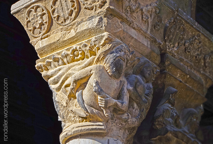 Capitells amb sirenes al monestir de Santa Maria de Ripoll.
