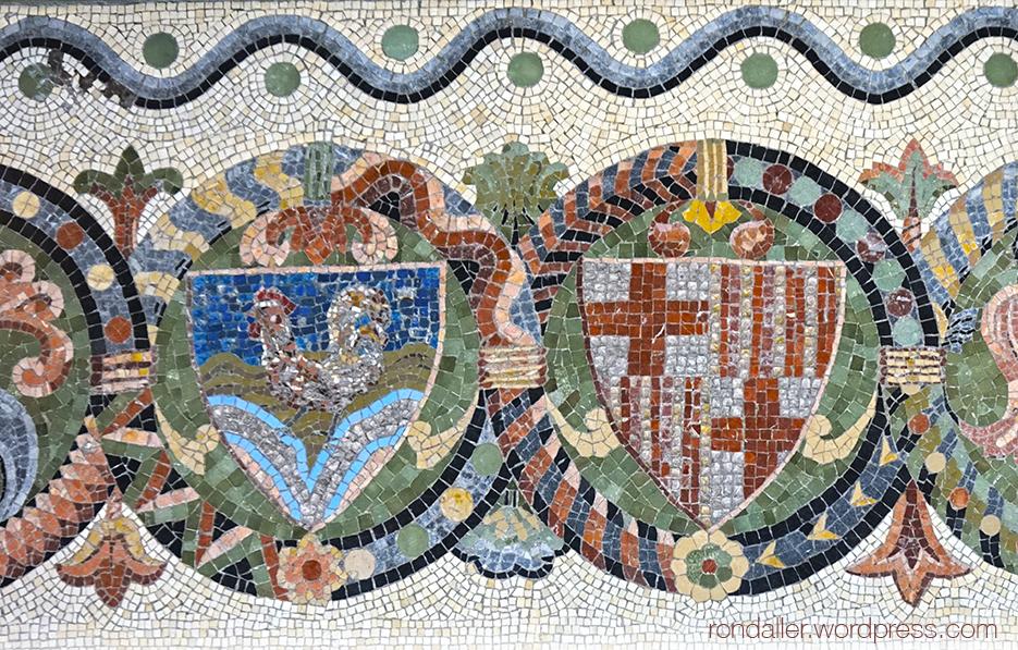 Mosaic amb escut a la tomba del Bisbe Morgades, al Monestir de Santa Maria de Ripoll.