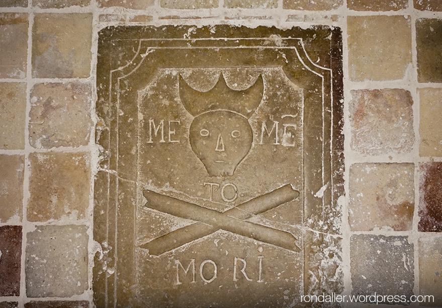 Llosa sepulcral amb la inscripció Memento Mori. Santuari de la Mare de Déu de l'Ajuda.
