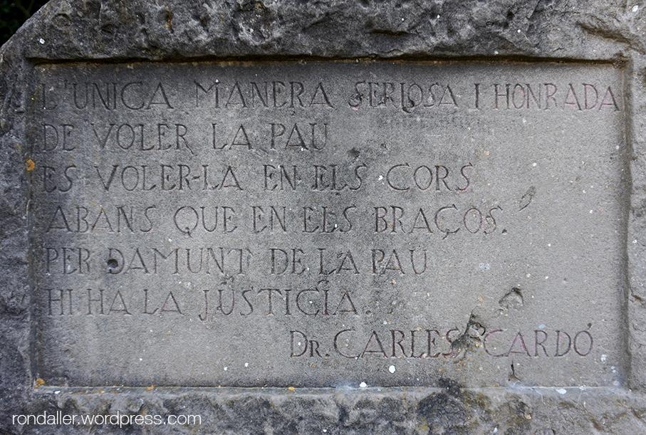 Inscripció amb unes paraules del Dr. Carles Cardó. Sant Fruitós de Balenyà. Osona.