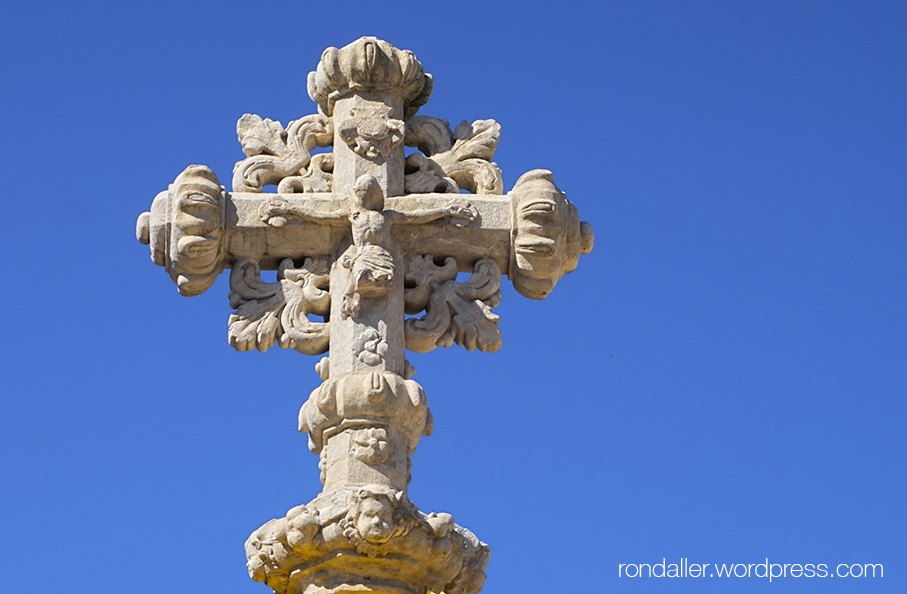 Creu de terme davant Sant Fruitós de Balenyà o santuari de la Mare de Déu de l'Ajuda.