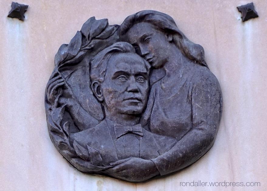 Detall del medalló del monument a Fleming a Mataró.