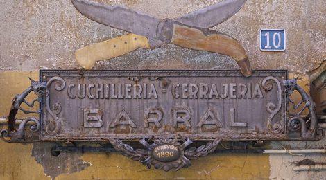 Rètol de forja de la ganiveteria i serralleria Barral de Ripoll (Ripollès).