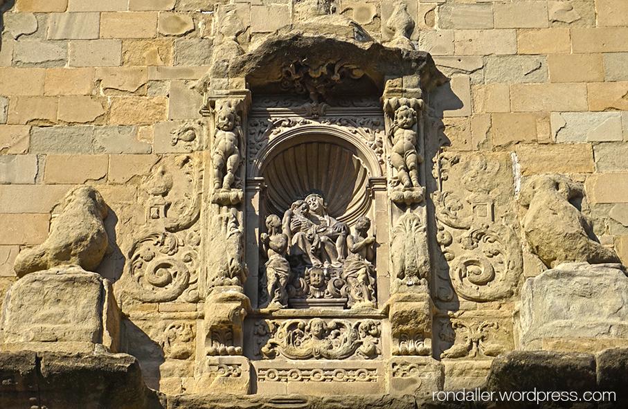 Cornament de la portalada de l'església de la Pietat de Vic. Osona
