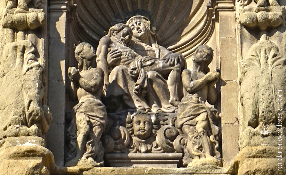 Furnícula amb la verge i els sants màrtirs a l'església de la Pietat de Vic. Osona
