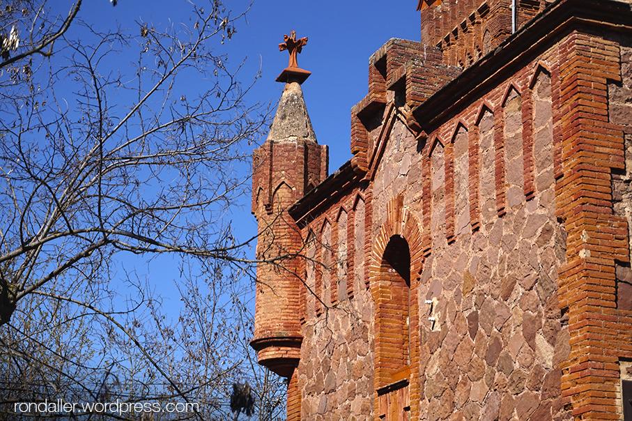 Decoració de maó i pedra del Mas Casademunt del Brull, Osona.