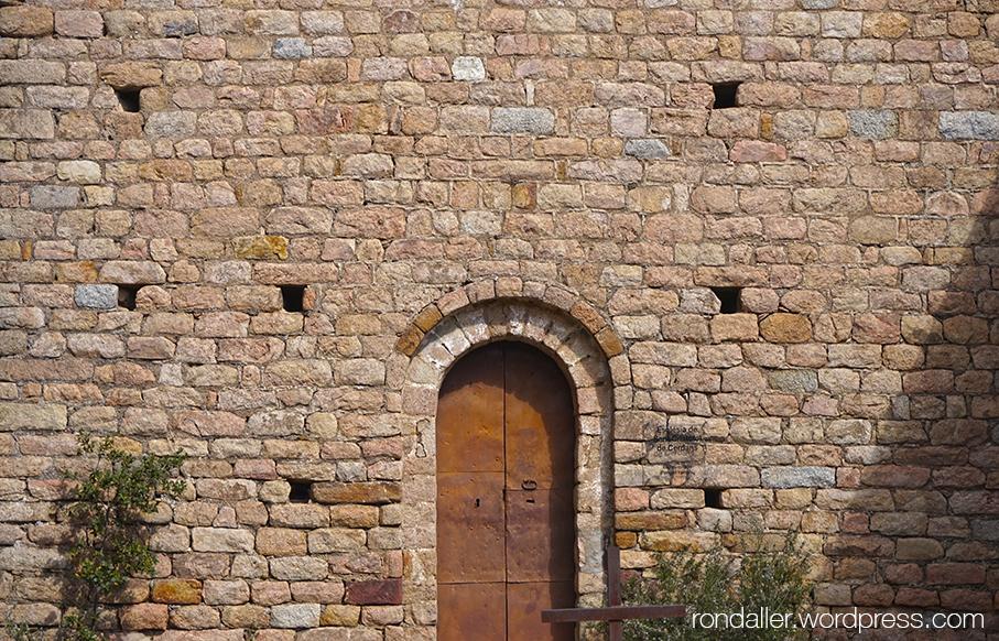 Porta de l'església de Sant Cristòfol de Cerdans, Arbúcies.