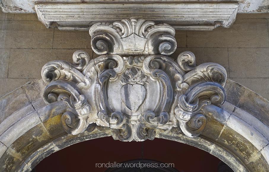 Dovella decorada a la porta de l'Oratori de Sant Felip Neri de Vic.