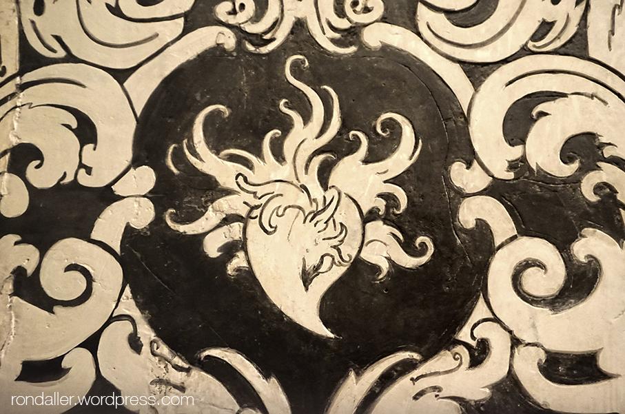 Capella de la Pietat del monestir de Sant Cugat del Vallès. Detall d'un cor amb flames.