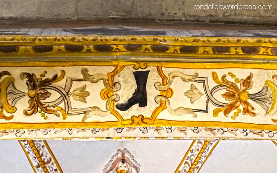 Detall de la bota pintada a l'entrada de la capella de Santa Escolàstica al monestir de Sant Cugat del Vallès.