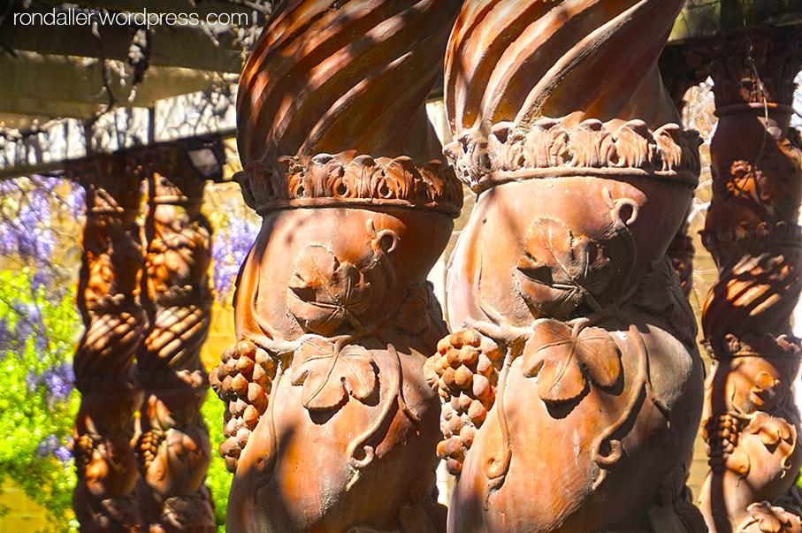 Columnes salomòniques de terracota de la Casa Monès de Sant Cugat del Vallès.