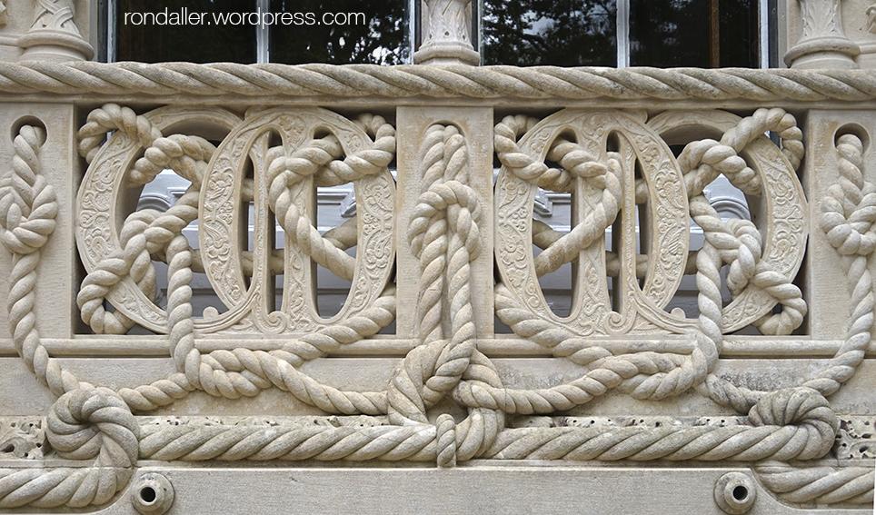 Balustrada amb les inicials del propietari del palau. Quinta da Regaleira de Sintra. Portugal.