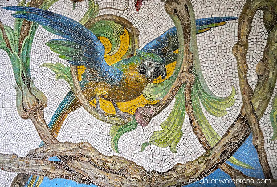 Mosaic amb un ocell exòtic a l'interior de la Quinta da Regaleira de Sintra. Portugal.
