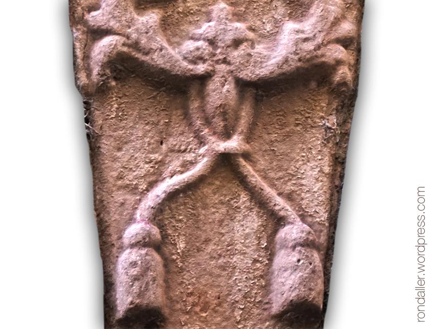 Detall de la dovella del Casal Taurinyà de Ripoll.