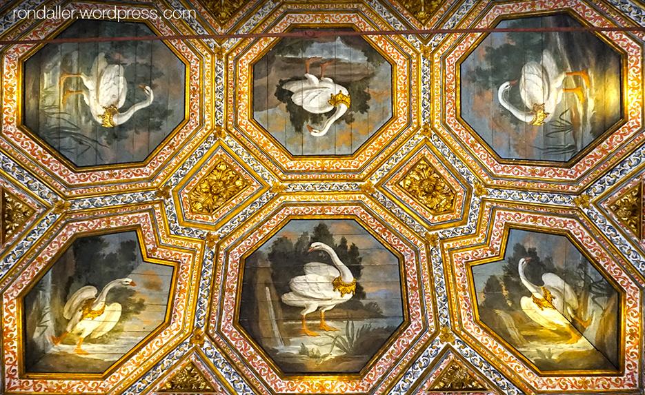 Palau Nacional de Sintra. Sostre d'una sala amb sis cignes pintats, amb una corona al coll.