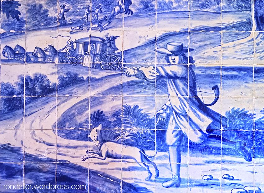 Palau Nacional de Sintra. Detall d'un plafó ceràmic on es veu un personatge corrent amb un gos.