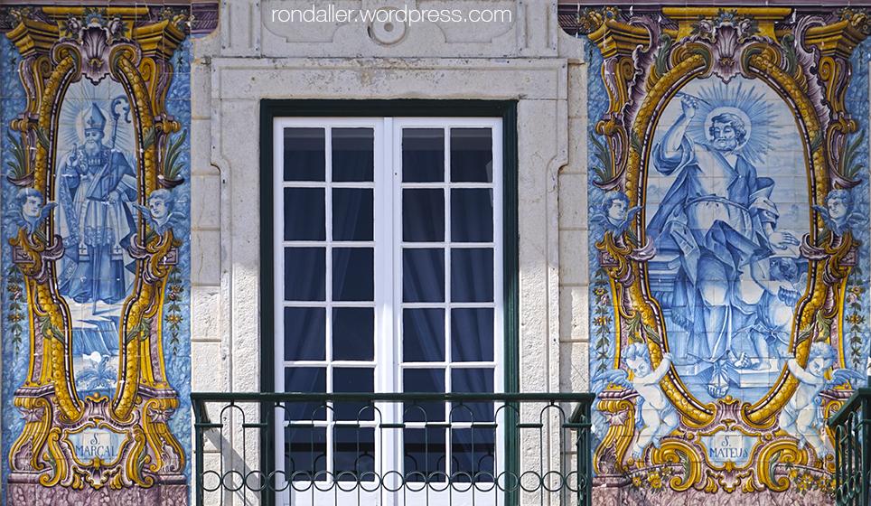 Itinerari per Cascais. Plafons ceràmics amb diversos personatges a la façana de l'Ajuntament.