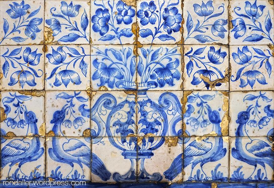 São Vicente de Fora. Arrambador amb ocells i motius florals amb tons blaus.