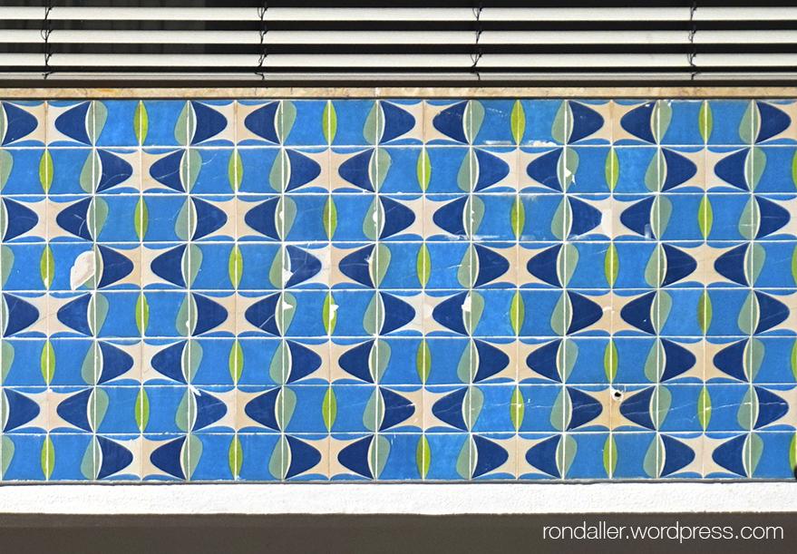 Rajoles decoratives del segle XX amb motius geomètrics, en un edifici Portugal.