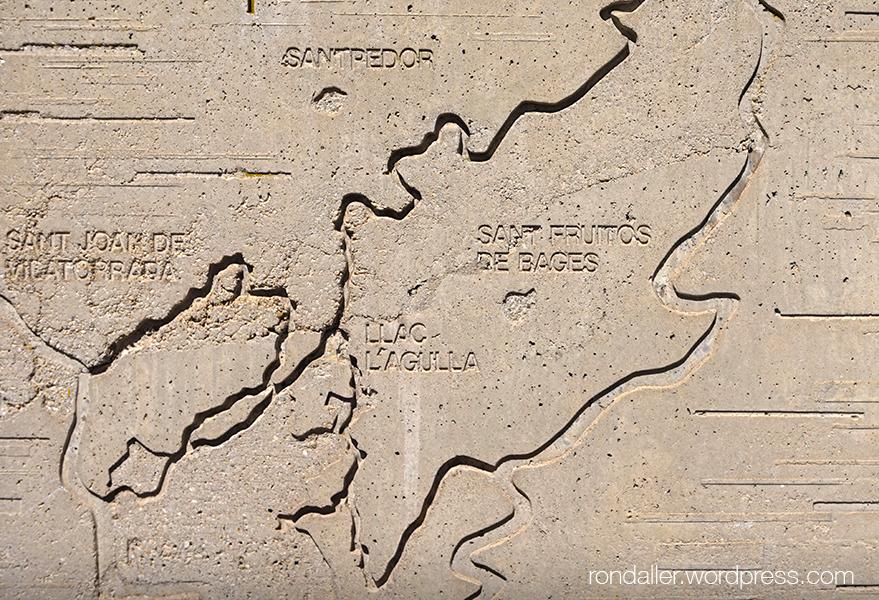 Monument a la Llum de Manresa. Relleu amb el mapa per on discorre la sèquia.