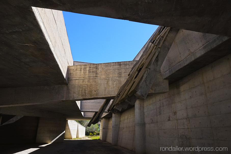 Cementiri Nou d'Igualada. Estructura de formigó, amb bigues.