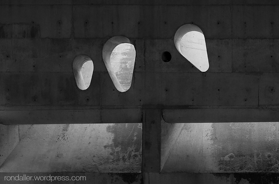 Cementiri Nou d'Igualada. Finestres amb formes arrodonides que tamisen la llum.