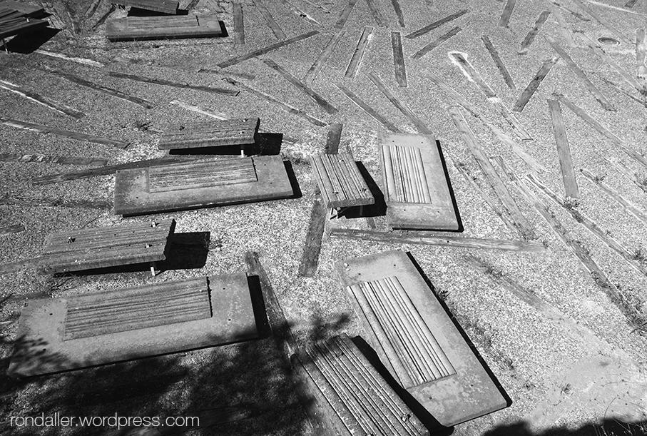 Cementiri Nou d'Igualada. Vista aèria d'un espai amb panteons de ciment i bigues de fusta al paviment.