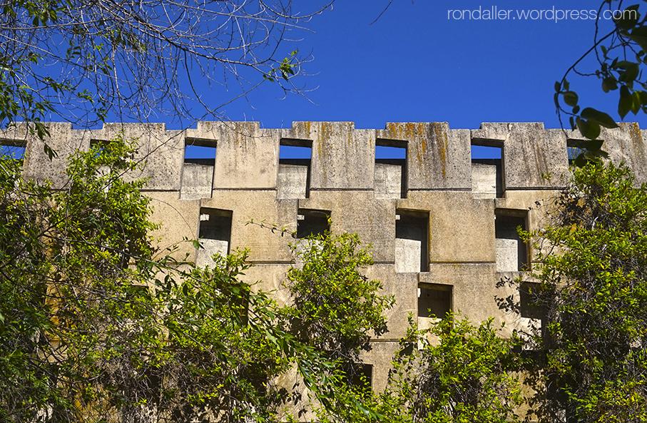 Cementiri Nou d'Igualada. Esctructura geomètrica del mur exterior.