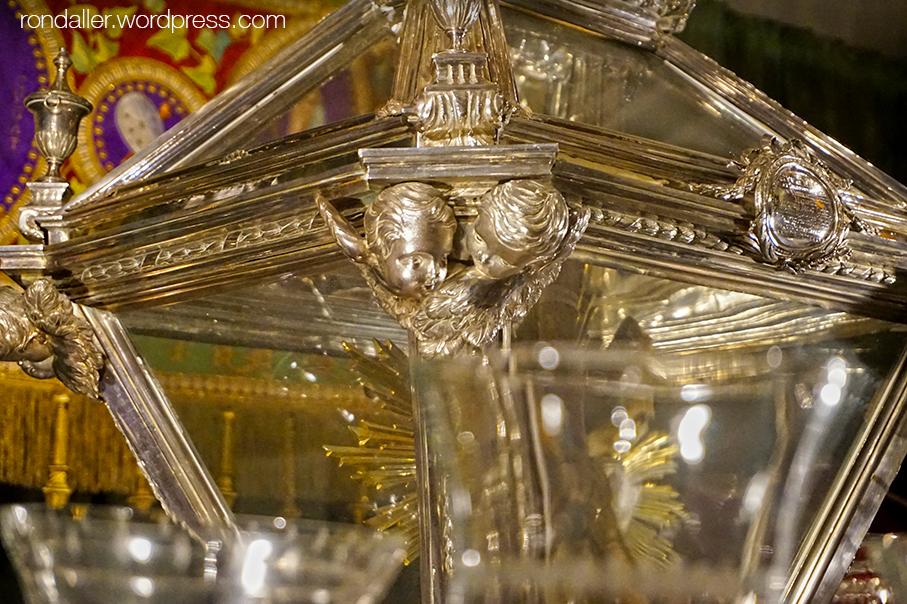 Urna de vidre on es transporten les relíquies de Juliana i Semproniana.