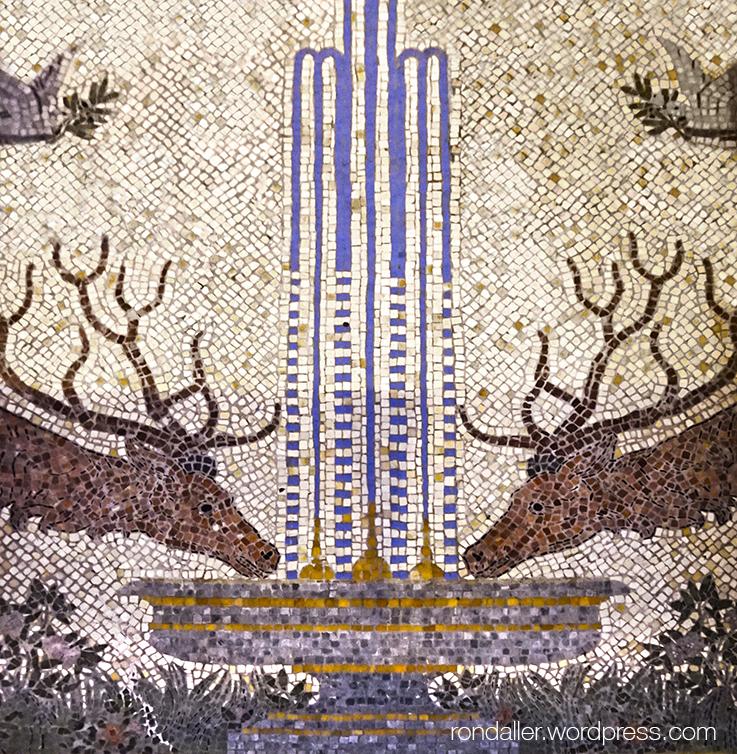 Mosaics de la capella del Sagrament de Mataró, realitzats per Maragliano. Font amb dos cèrvols.