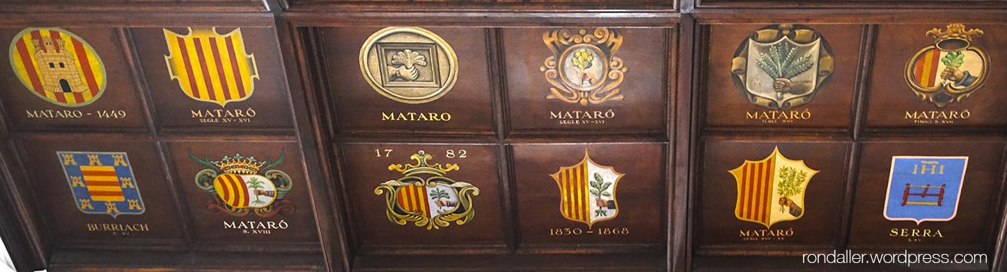 Sostre de fusta del Museu de Can Serra pintat amb diversos escuts.