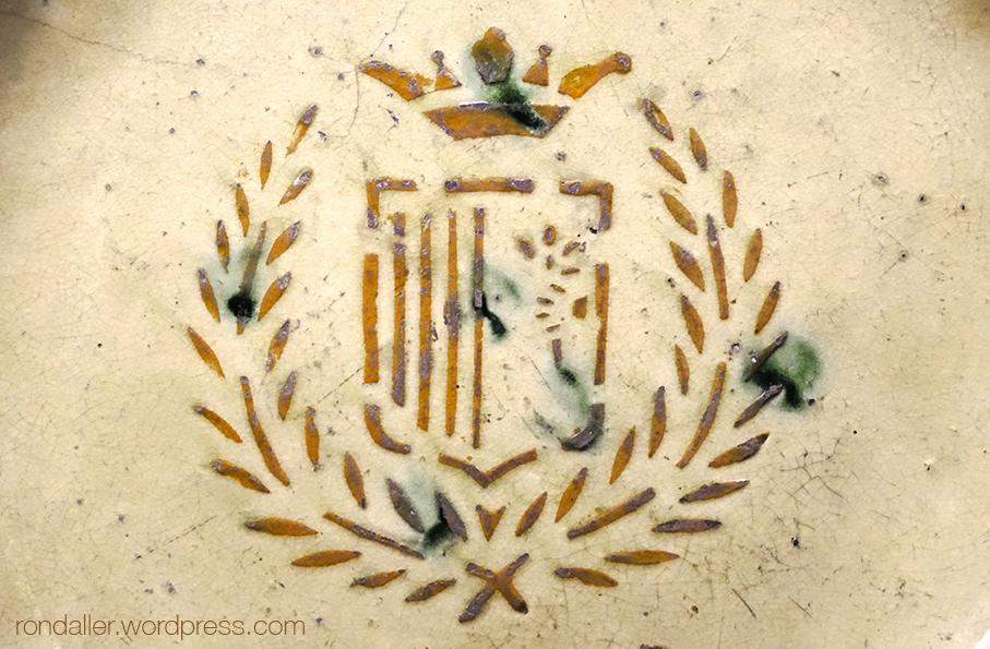 Escut de Mataró en un plat de ceràmica del segle XIX.