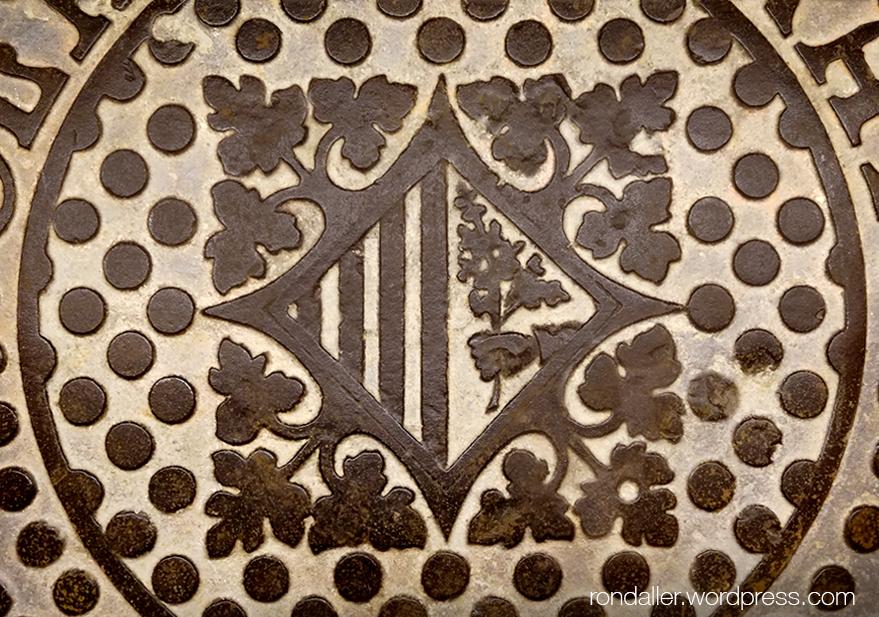 Escut de Mataró en una tapa de clavegueram dissenyada per Josep Puig i Cadafalch.