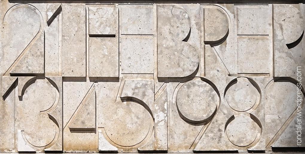 Monument a la Llum de Manresa. Relleu amb la data 21 de febrer 1345 - 1982.