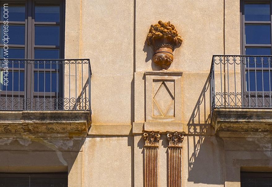 Detalls de terracota a la plaça de la Vila.