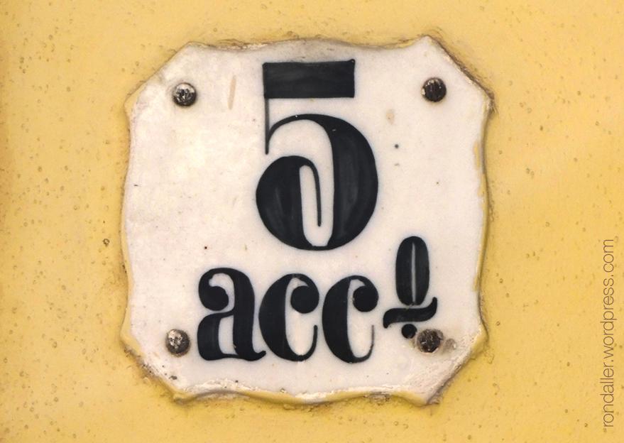 Rajola amb numeració a la plaça de la Vila de Vilanova i la Geltrú