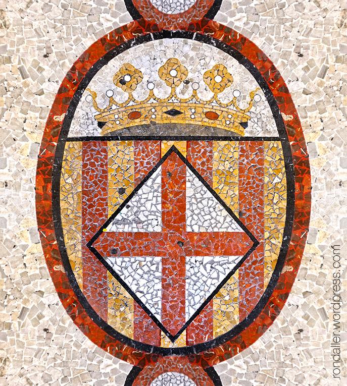 Mosaic amb l'escut de Barcelona a la plaça de la Vila.