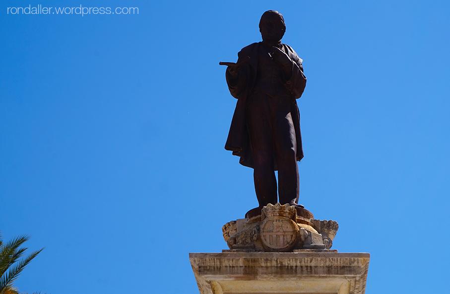 Estàtua de Josep Tomàs Ventosa al centre de la Plaça de la Vila.