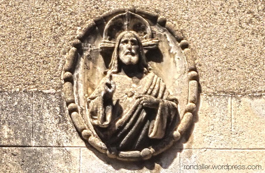 Culte al Sagrat Cor. Madalló en relleu al carrer Major de Sarrià de Barcelona.