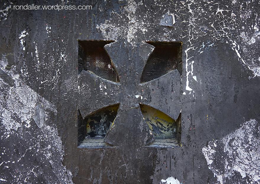 Detall d'una creu a la porta de la capella del Coll de Parpers.