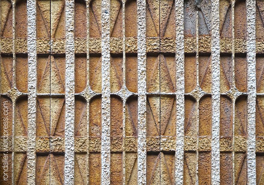 Mosaics dels anys setanta al carrer Casp de Barcelona.
