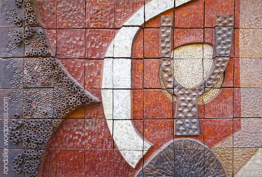 Detall de les formes en relleu realitzades amb ceràmica per Joan Vila Grau i Jordi Aguadé