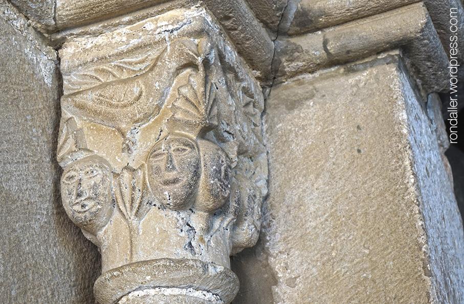 Capitell amb cares i ocells a la portalada de l'església de Santa Agnès de Malanyanes.