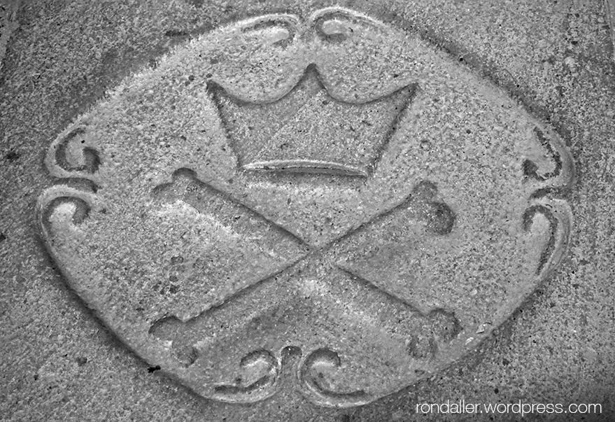 Santa Agnès de Malanyanes. Detall d'una llosa sepulcral.