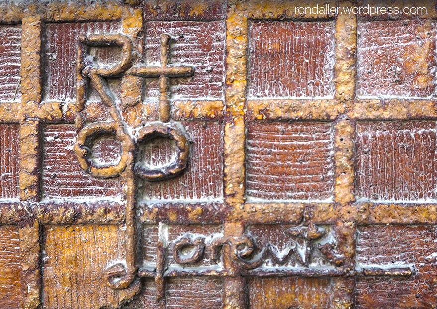 Mosaics dels anys setanta. Detall de la signatura de Lorente en un plafó ceràmic a Vilanova i la Geltrú.