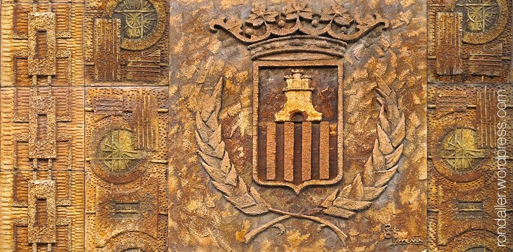 Detall de l'escut de la decoració ceràmica a Vilanova i la Geltrú.
