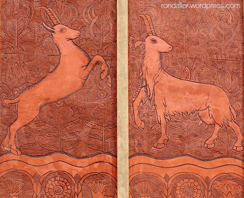 Animals simbòlics a Varsòvia. Esgrafiats de dues cabres sobre fons vermell.