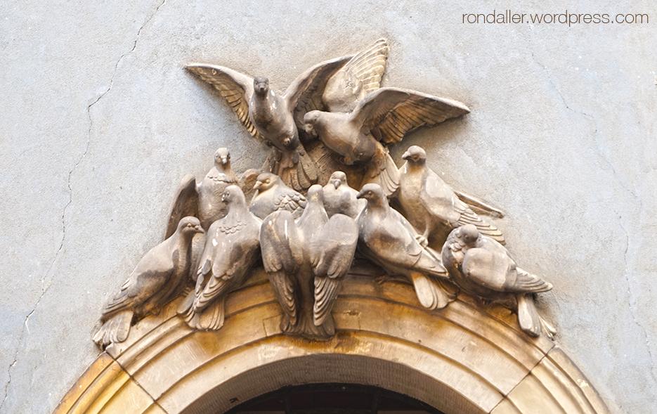 Animals simbòlics a Varsòvia. Conjunt escultòric format per un grapat de coloms.