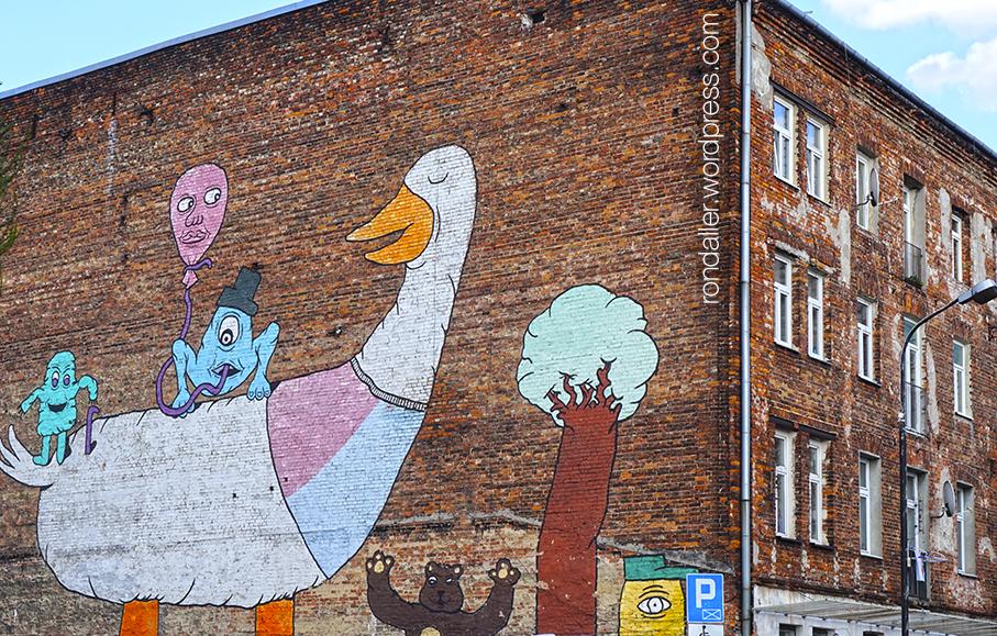 Animals simbòlics a Varsòvia. Mural pintat en una paret amb una oca i diversos personatges.